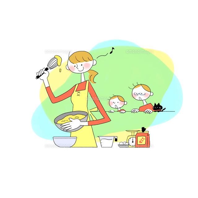 キッチンで料理する母親を見ている父親と息子とネコ10928000181の写真