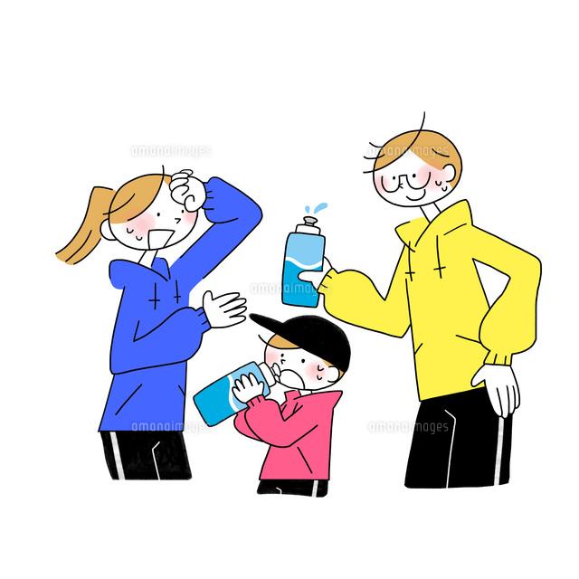 運動をして水分補給する家族10928000296の写真素材イラスト素材