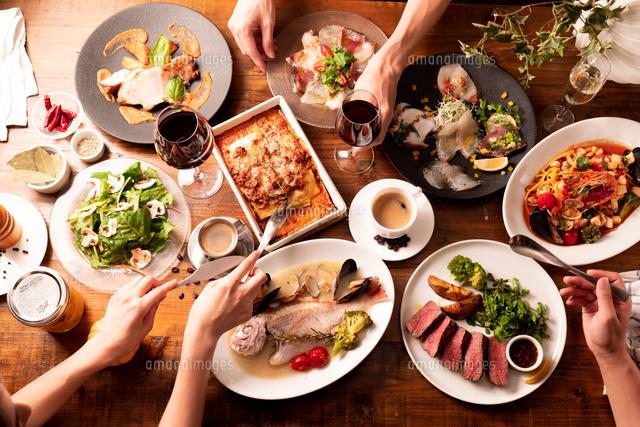 パーティの食事風景10966000063の写真素材イラスト素材アマナ