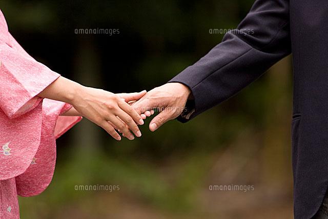手を取るカップル11002048978の写真素材イラスト素材アマナイメージズ