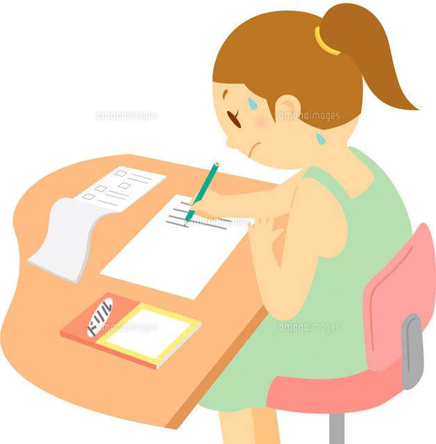 宿題をする女の子 8月11002052110の写真素材イラスト素材アマナ