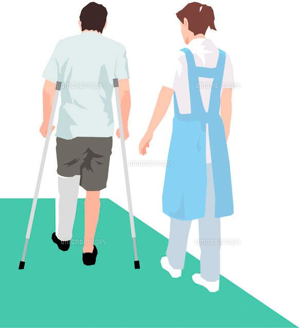松葉杖を付いて歩く男性患者と付き添う女性の後姿11002052439の写真