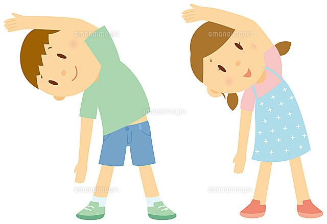 ラジオ体操をする男の子と女の子11002055052の写真素材イラスト素材