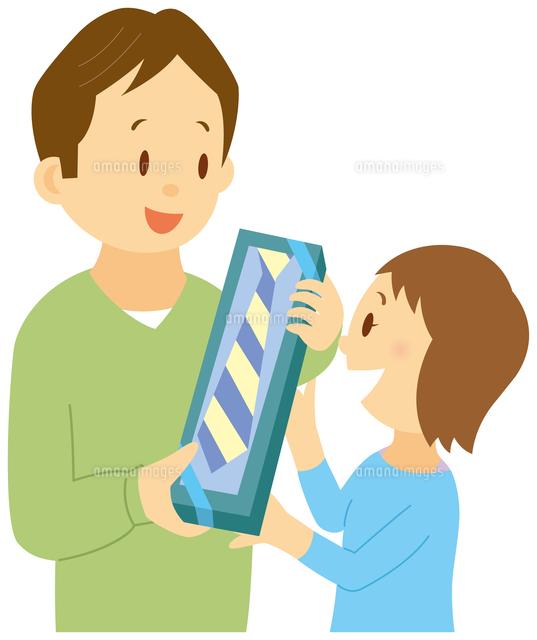 父の日に父にプレゼントをあげる娘11002062593の写真素材イラスト