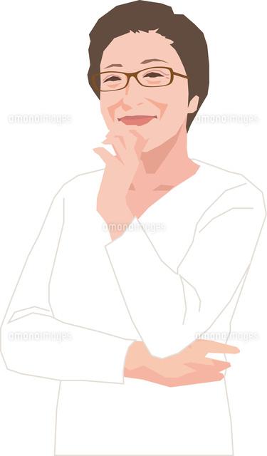 顎に手を当てるアクティブシニアの女性11002069150の写真素材