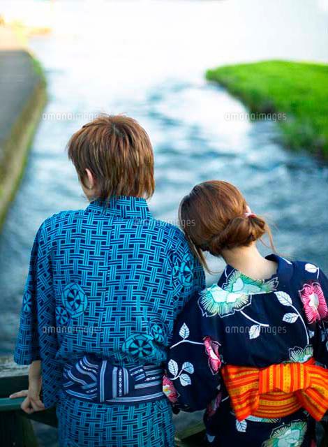 浴衣姿のカップルの後ろ姿 の写真素材 イラスト素材 アマナイメージズ