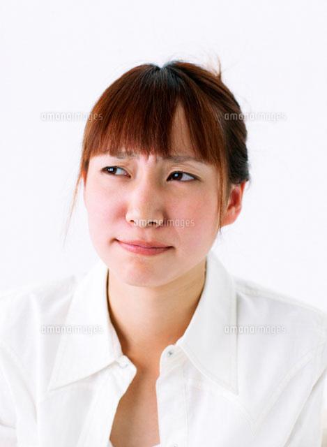 しかめっ面の女性11004016183の写真素材イラスト素材アマナイメージズ