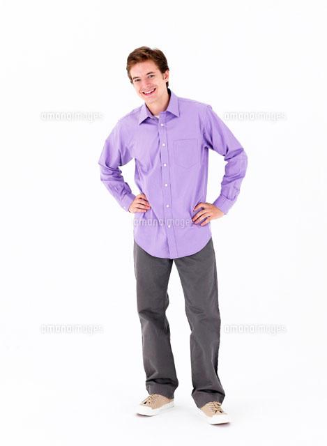 腰に手をあてる男性11004016406の写真素材イラスト素材アマナ