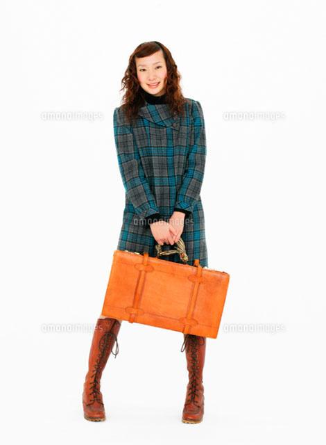 旅行鞄を持つ女性 11004018715 の写真素材 イラスト素材 アマナ