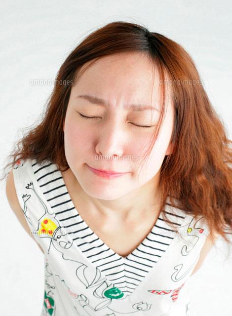 しかめっ面の女性11004019050の写真素材イラスト素材アマナイメージズ