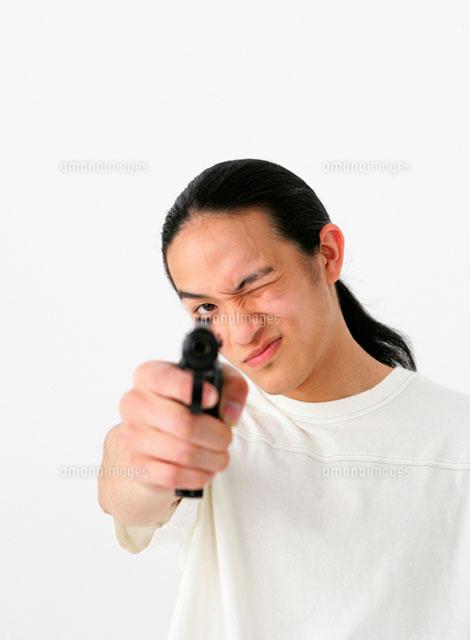 銃を構える男性 11004020371 の写真素材 イラスト素材 アマナイメージズ