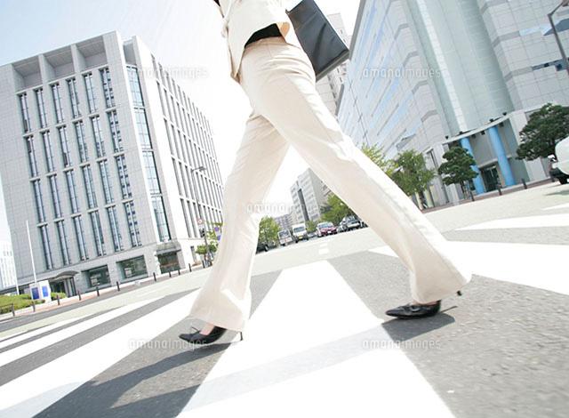 歩く女性の足元[11004024157]の写真素材・イラスト素材|アマナイメージズ