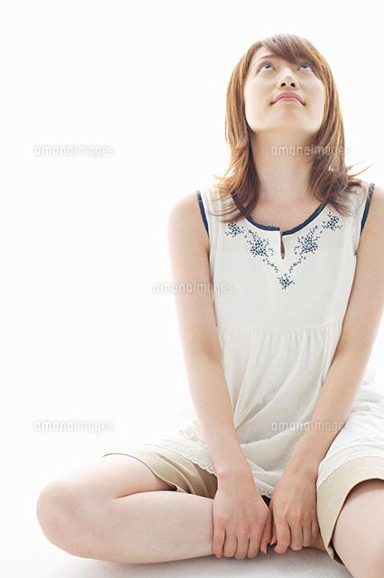 上を見る女性11004028800の写真素材イラスト素材アマナイメージズ