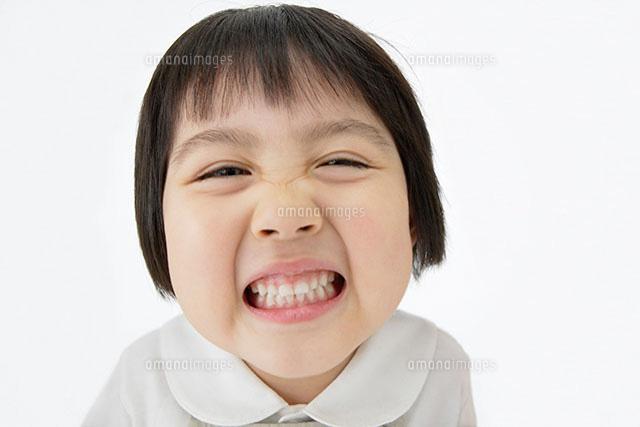 しかめっ面の女の子11004033572の写真素材イラスト素材アマナ