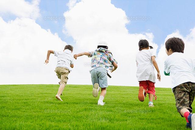 芝生の上で遊ぶ子供達[11004036023]の写真素材・イラスト素材|アマナ ...