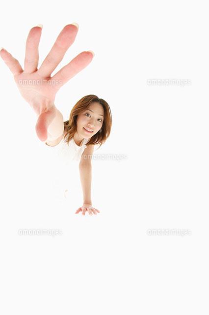 手を伸ばす女性11004070599の写真素材イラスト素材アマナイメージズ