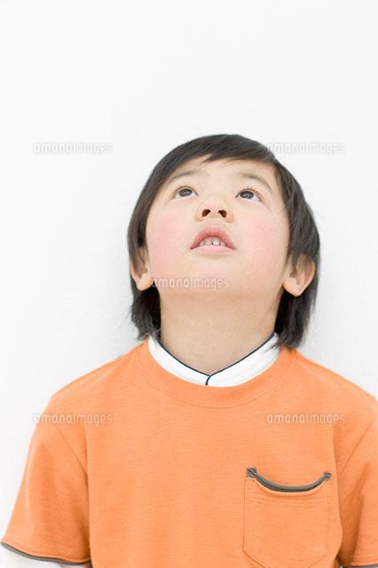 上を見る男の子11004071423の写真素材イラスト素材アマナイメージズ