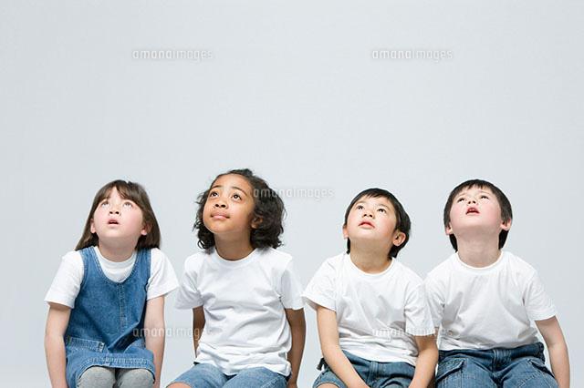 上を見る日本人とハーフの4人の子供11004072393の写真素材イラスト