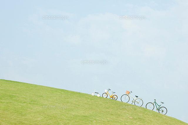 坂の上の自転車11004075570の写真素材イラスト素材アマナイメージズ