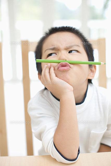しかめっ面の男の子11004075794の写真素材イラスト素材アマナ