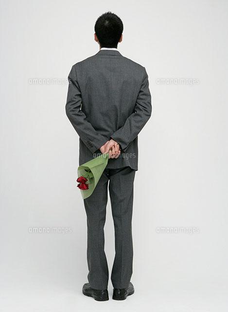 花束を持つ男性の後ろ姿11004078671の写真素材イラスト素材アマナ
