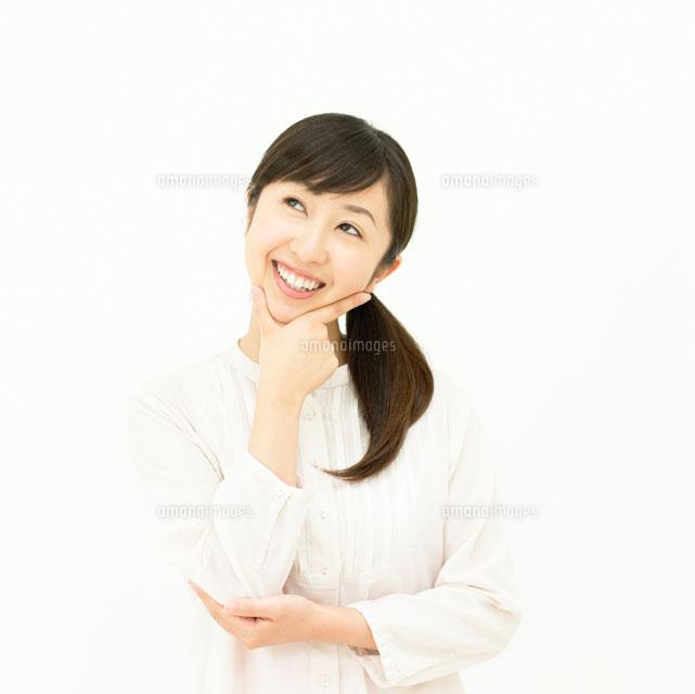 あごに手を当てる女性11004086522の写真素材イラスト素材アマナ