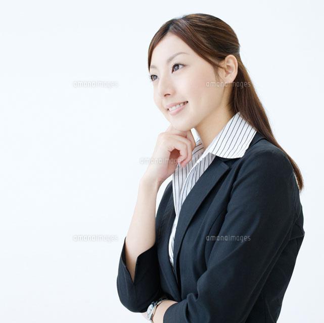 顎に手を当てるビジネスウーマン11004088273の写真素材イラスト素材