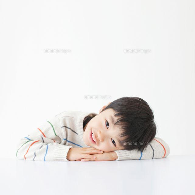 机に伏せる男の子11004088898の写真素材イラスト素材アマナイメージズ