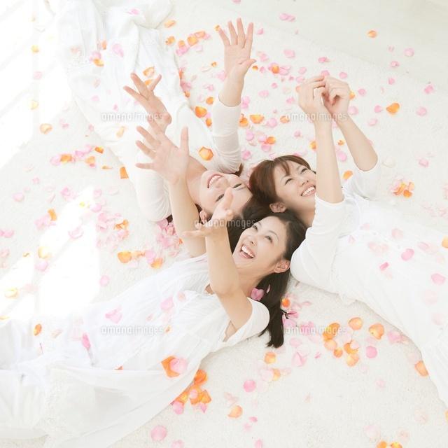 花弁の中で手を伸ばす女性達11004096873の写真素材イラスト素材