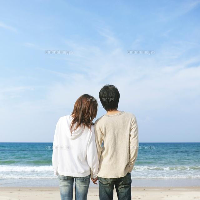 寄り添うカップルの後ろ姿 の写真素材 イラスト素材 アマナイメージズ