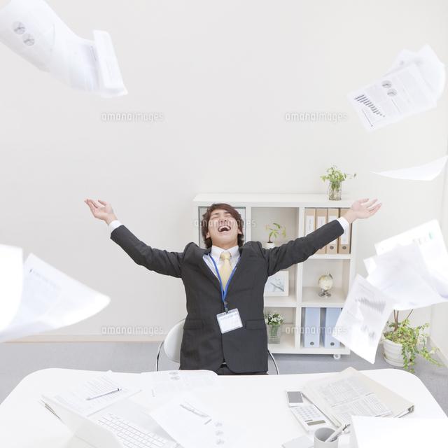 書類を投げるビジネスマン[11004098980]の写真素材・イラスト素材|アマナイメージズ