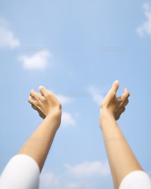 青空に手を伸ばす女性の手11004102353の写真素材イラスト素材