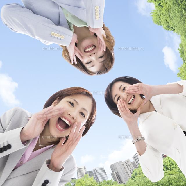 上から覗き込む3人のビジネスウーマン11004106787の写真素材イラスト