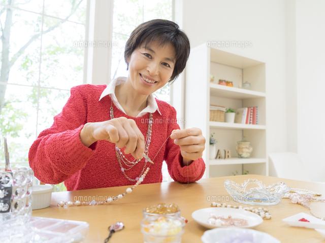ビーズアクセサリーを作る女性