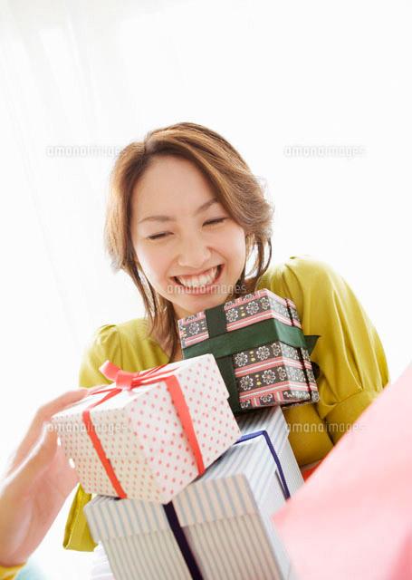 プレゼントを受け取る女性[11007...