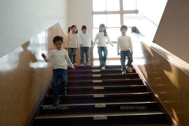 を 下りる 降りる 階段