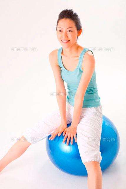 バランスボールに座る女性11014006745の写真素材イラスト素材