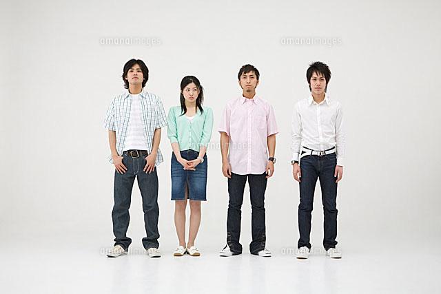 立っている4人の若者11014008958の写真素材イラスト素材アマナ