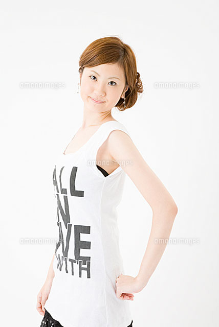 腰に手をあてる女性11014009139の写真素材イラスト素材アマナ