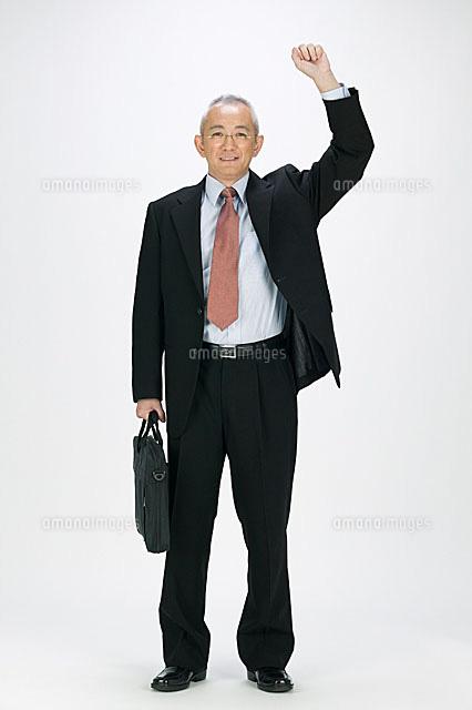 スーツを着たシニア男性11014023120の写真素材イラスト素材アマナ