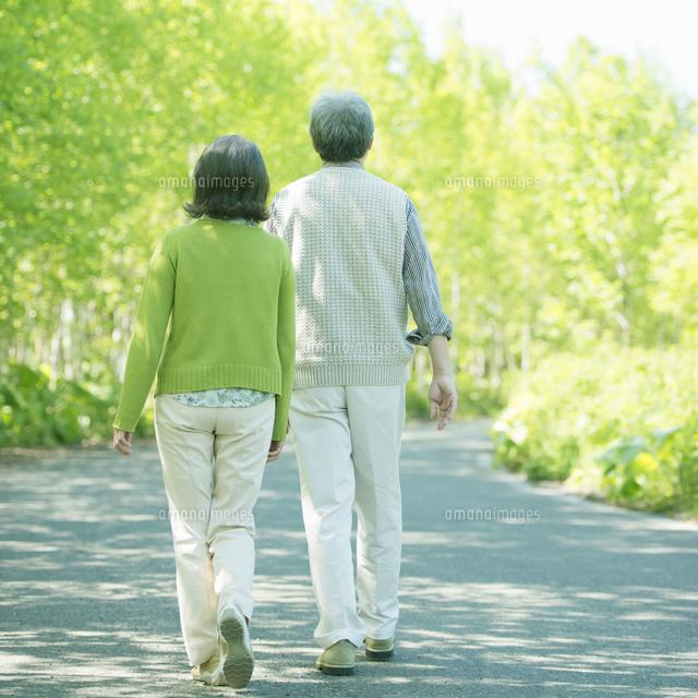 散歩をするシニア夫婦の後姿[110...