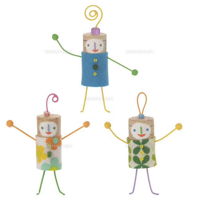 ポーズをとる3人のコルクの人形 クラフト11017008030の写真素材