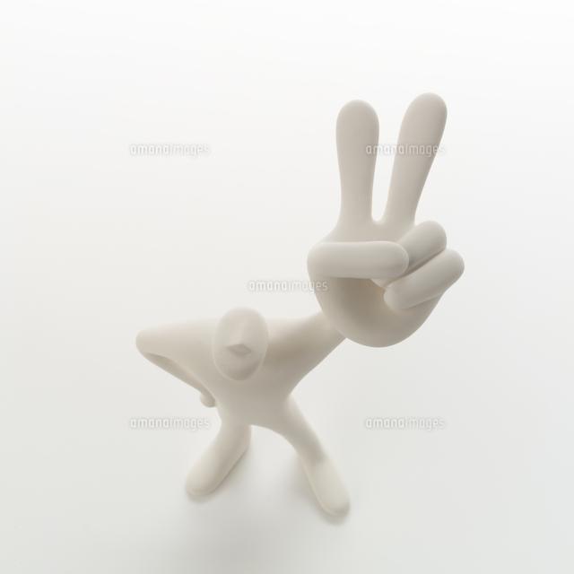左手のピースサインを挙げて立つ人のオブジェ クラフト11017008718の