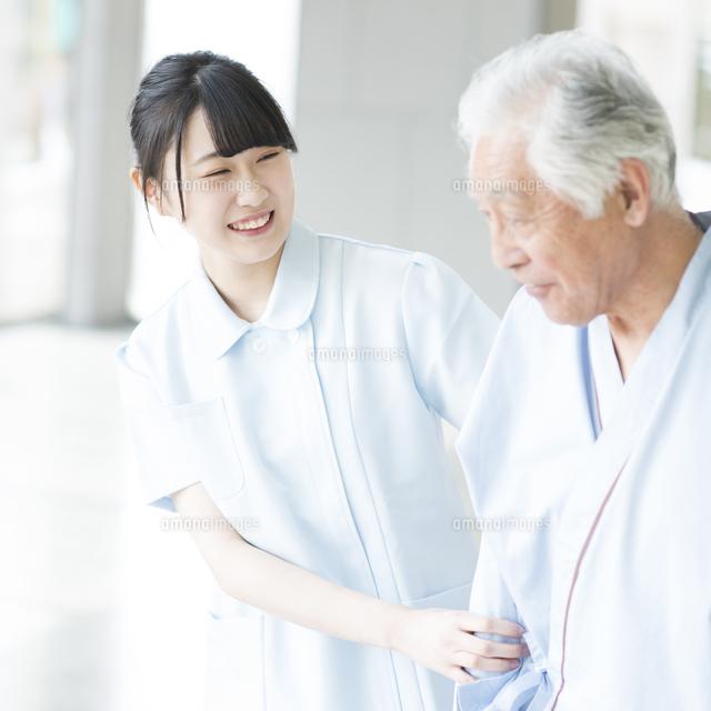 患者に寄り添う看護師11017021846の写真素材イラスト素材アマナ