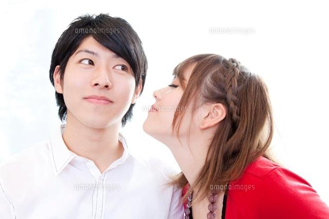 頬にキスをするカップル11031078913の写真素材イラスト素材アマナ