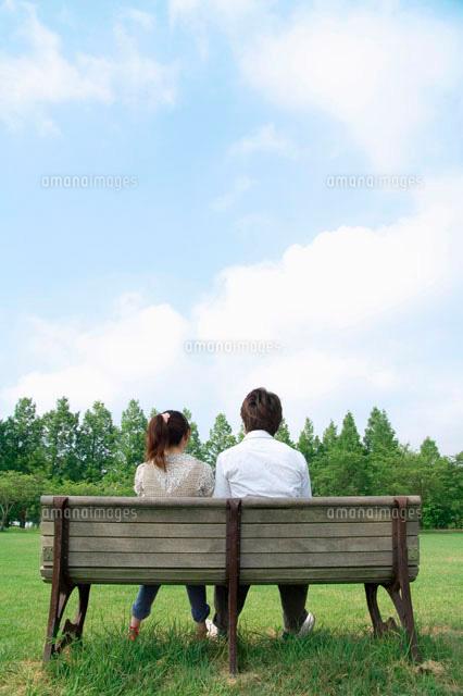 ベンチに座るカップルの後ろ姿 の写真素材 イラスト素材 アマナイメージズ