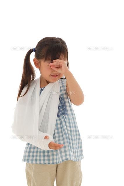 泣いている骨折している女の子 の写真素材 イラスト素材 アマナイメージズ