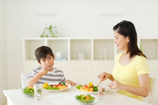 お母さんと男の子の食事風景11038008111の写真素材イラスト素材