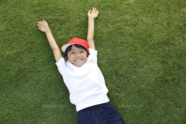 芝生の校庭で寛ぐ体操服姿の男の子[11038016364]の写真素材・イラスト ...