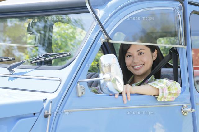 水色の可愛い車を運転する若い女性11038020990の写真素材イラスト